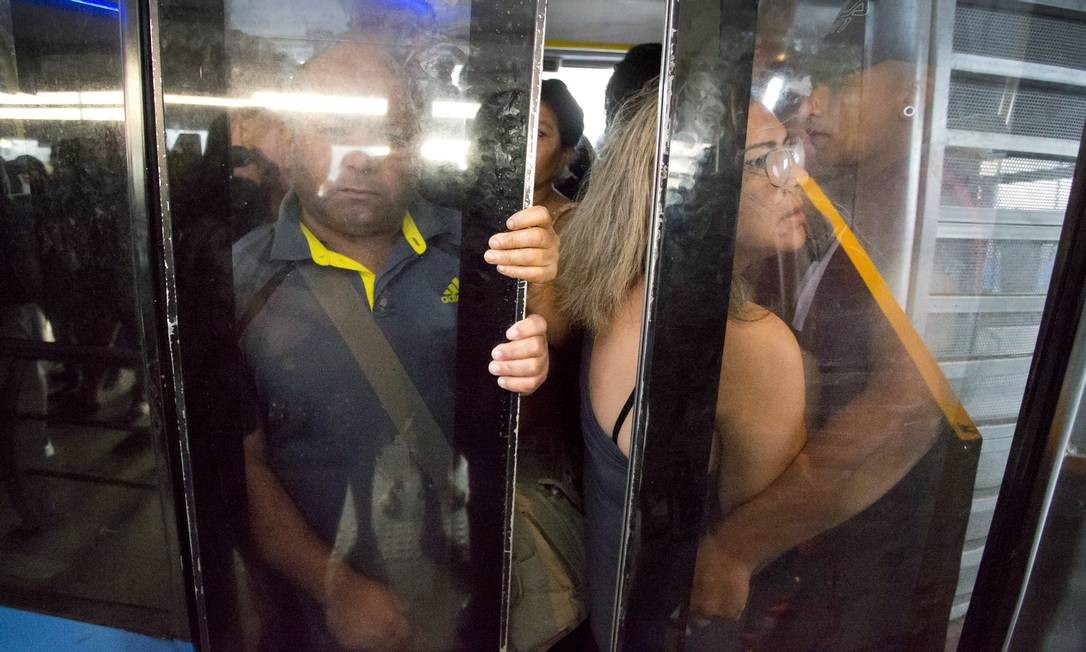 Portas do ônibus fecham com dificuldade por causa da superlotação. Alguns motoristas arrancam com as portas ainda abertas Foto: Márcia Foletto / Agência O Globo
