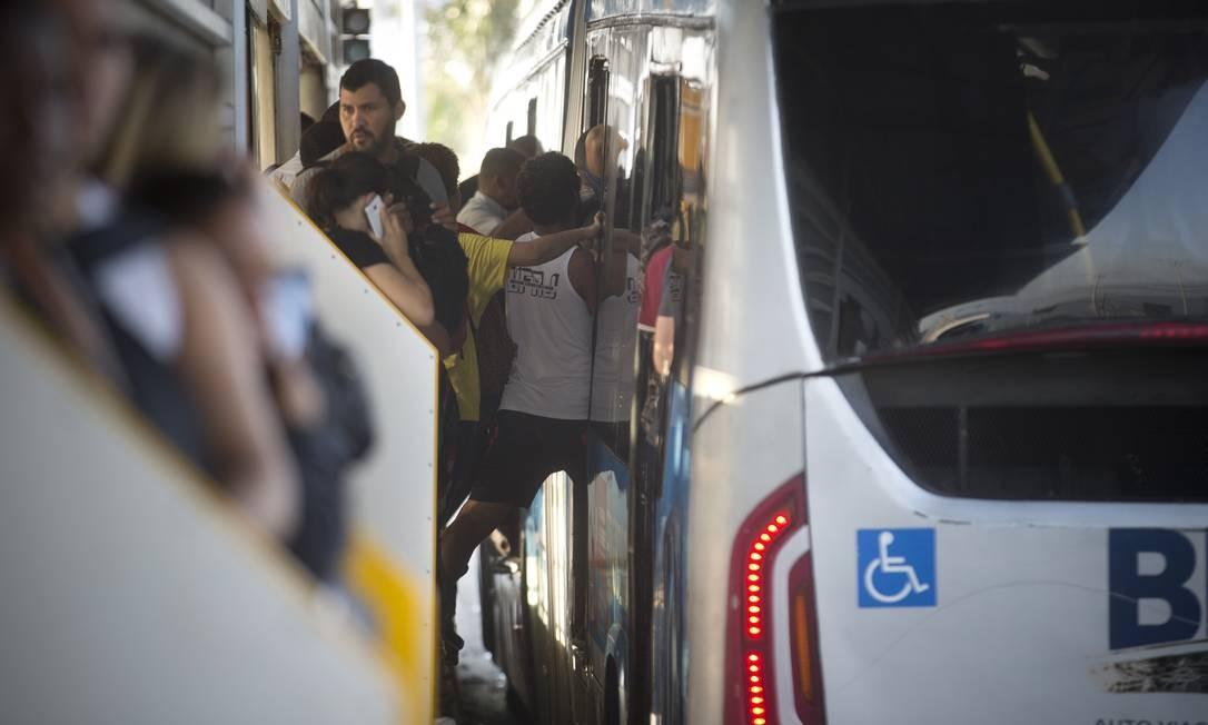 Passageiros enfrentam dificuldades para conseguir entrar no ônibus, por volta das 7h30 Foto: Márcia Foletto / Agência O Globo