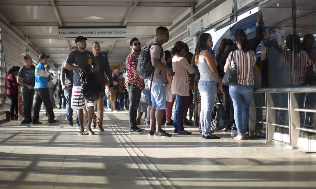 Passageiros se espremem para entrar em ônibus Foto: Márcia Foletto / Agência O Globo