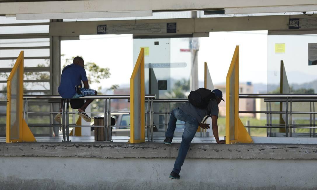 Apesar das multas previstas, muitos passageiros ainda se arricam dando calotes para não pagarem a passagem Foto: Brenno Carvalho / Agência O Globo