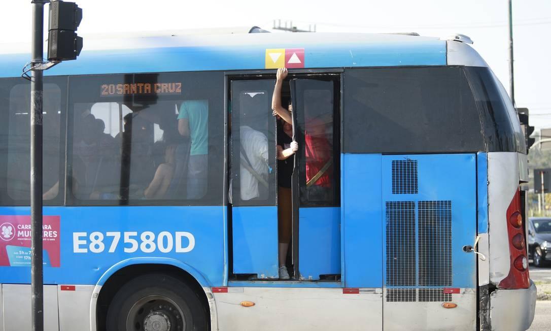 Ônibus circula com as portas traseiras abertas Foto: Brenno Carvalho / Agência O Globo