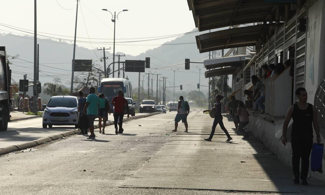 Passageiros desembarcam pelas portas de embarque da estação para não passarem pela roleta Foto: Brenno Carvalho / Agência O Globo