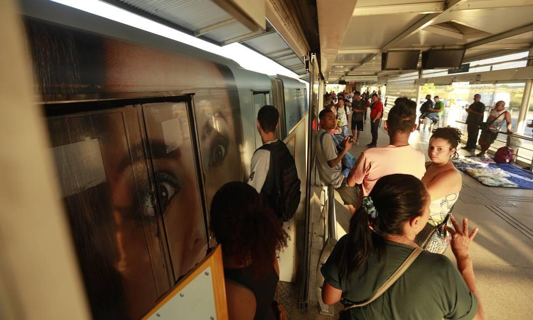 Passageiros entram em ônibus na estação Mato Alto em horário de menor movimento Foto: Brenno Carvalho / Agência O Globo