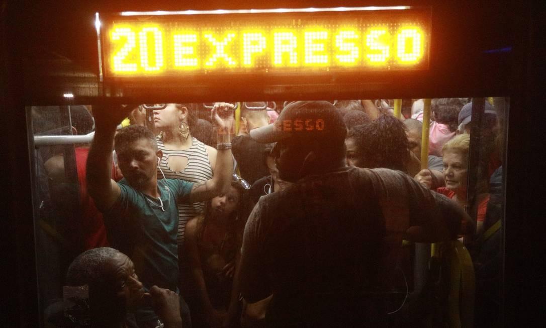 Passageiros se espremem dentro de ônibus na volta para casa, por volta das 19h Foto: Brenno Carvalho / Agência O Globo