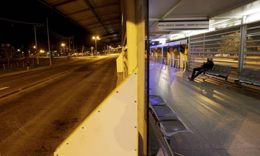 Homem aguarda um ônibus por volta das 2h40 da madrugada Foto: Domingos Peixoto / Agência O Globo