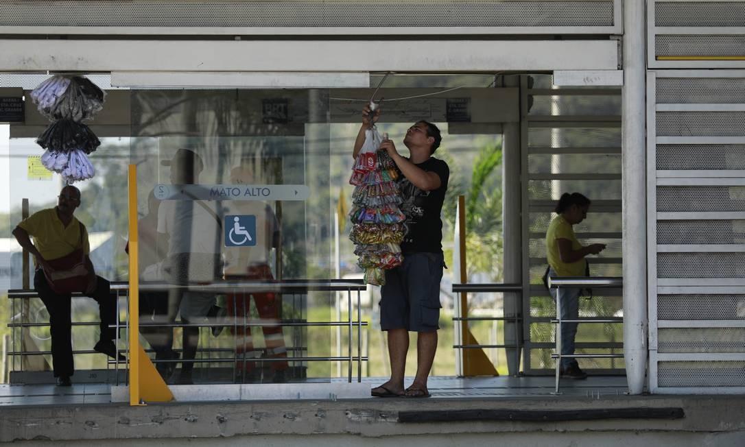 Vendedor ambulante pendura seus produtos no trilho de uma das portas da estação Foto: Brenno Carvalho / Agência O Globo