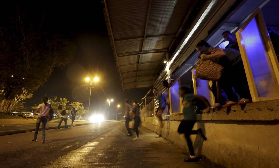 Com estação mais vazia e sem fiscalização, calotes são praticados por usuários, por volta das 23h Foto: Domingos Peixoto / Agência O Globo