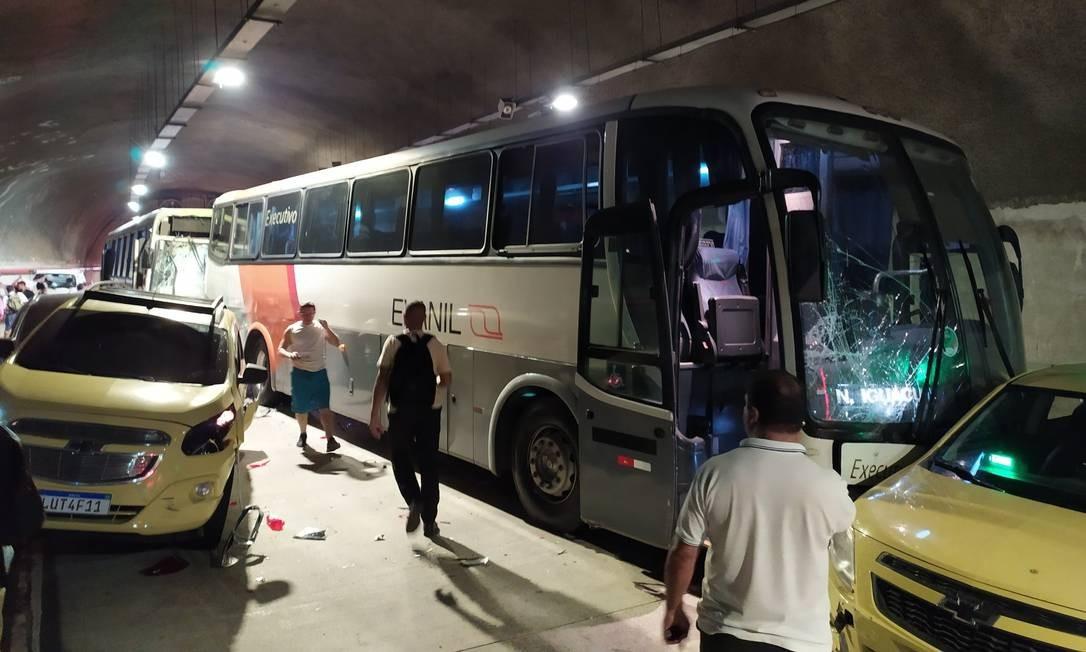 Dois ônibus e carros envolvidos no acidente no Túnel Marcello Alencar, na região central do Rio Foto: Reprodução