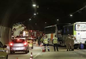 Entre feridos leves e moderados, 51 pessoas se machucaram em acidente no Túnel Marcello Alencar Foto: Alexandre Cassiano / Agência O Globo