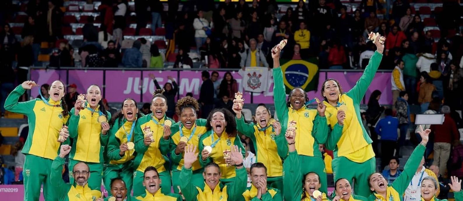 Jogadores e comissão técnica da seleção comemoram o ouro no Pan de Lima Foto: Divulgação/COB