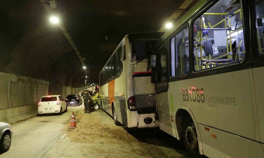 O túnel ficou parcialmente interditado até a retirada dos veículos Foto: Alexandre Cassiano / Agência O Globo