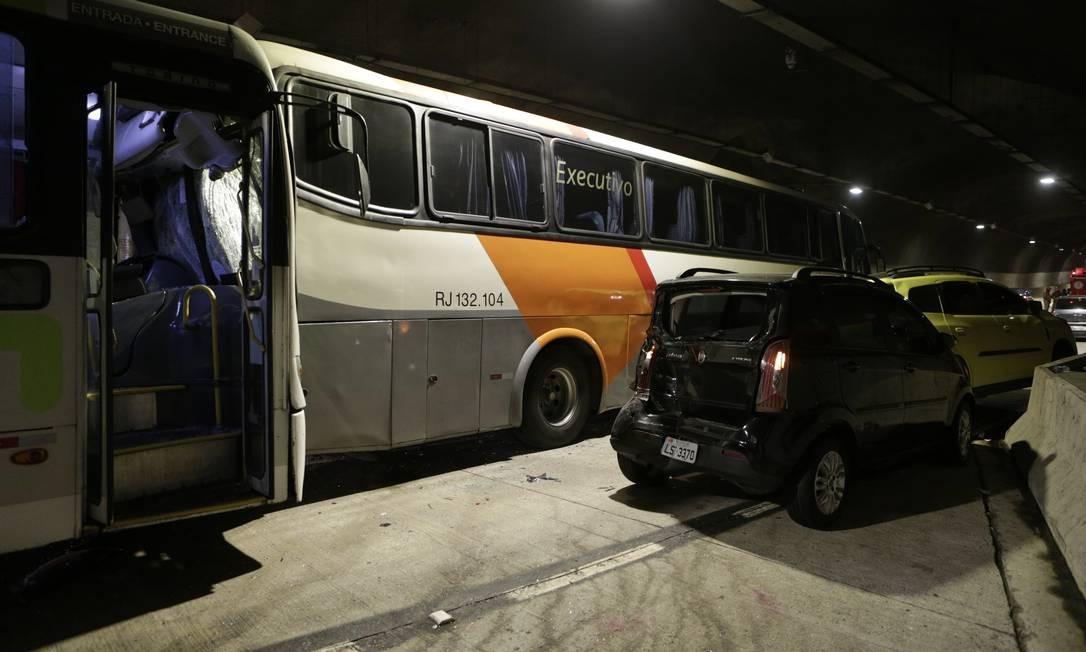 Segundo os bombeiros, 37 pessoas sofreram ferimentos leves Foto: Alexandre Cassiano / Agência O Globo