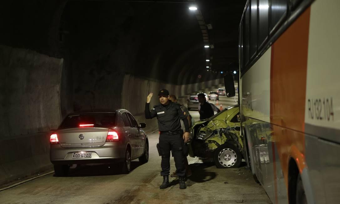 Um passageiro de um dos ônibus envolvido no acidente contou que, pouco depois da descida, o tráfego estava parado. O ônibus da frente conseguiu frear, mas o que vinha logo atrás não Foto: Alexandre Cassiano / Agência O Globo