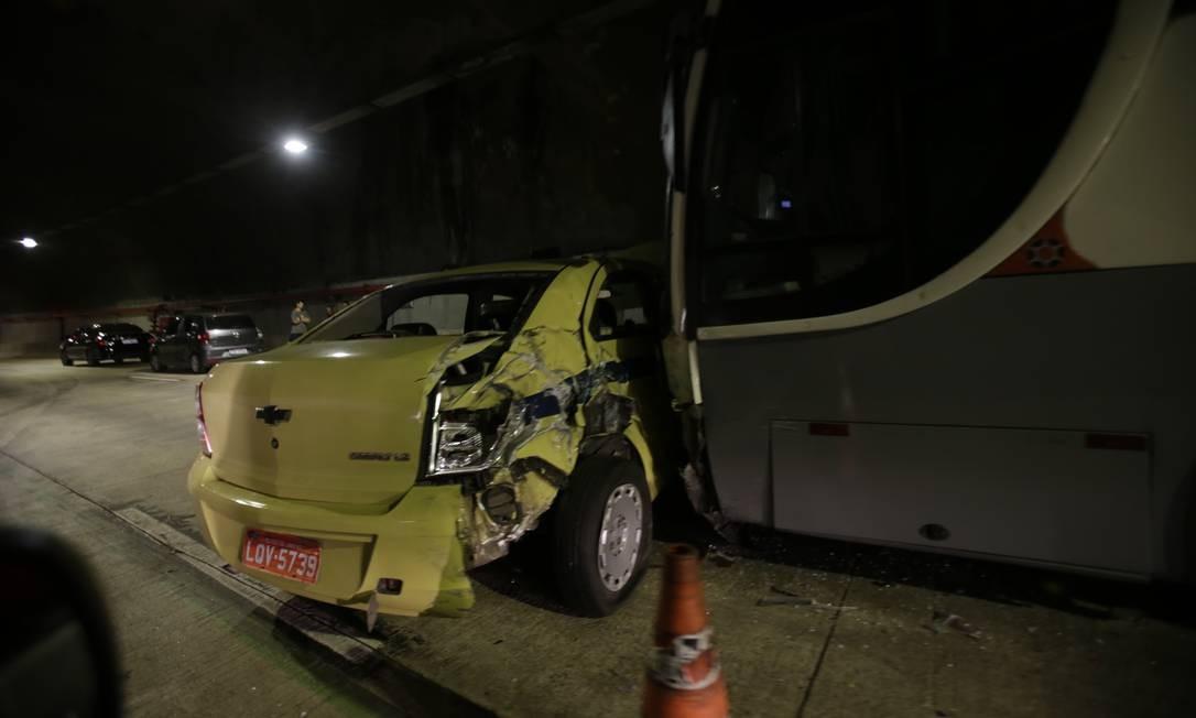 Um acidente com dois ônibus e cinco carros chegou a interditar a pista sentido Avenida Brasil do Túnel Marcello Alencar na noite desta terça-feira Foto: Alexandre Cassiano / Agência O Globo