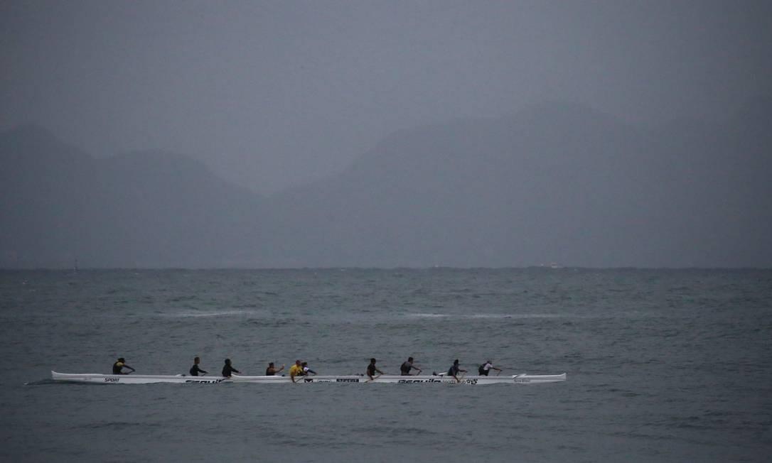 Remadores não temem a ressaca no litoral do Rio Foto: Fabiano Rocha / Agência O Globo