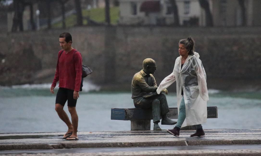 A caminhada da manhã teve que contar com uma capa de chuva Foto: Fabiano Rocha / Agência O Globo