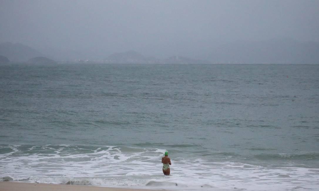 Nadadora não se intimidou com temperatura baixa e o mar agitado em Copacabana Foto: Fabiano Rocha / Agência O Globo