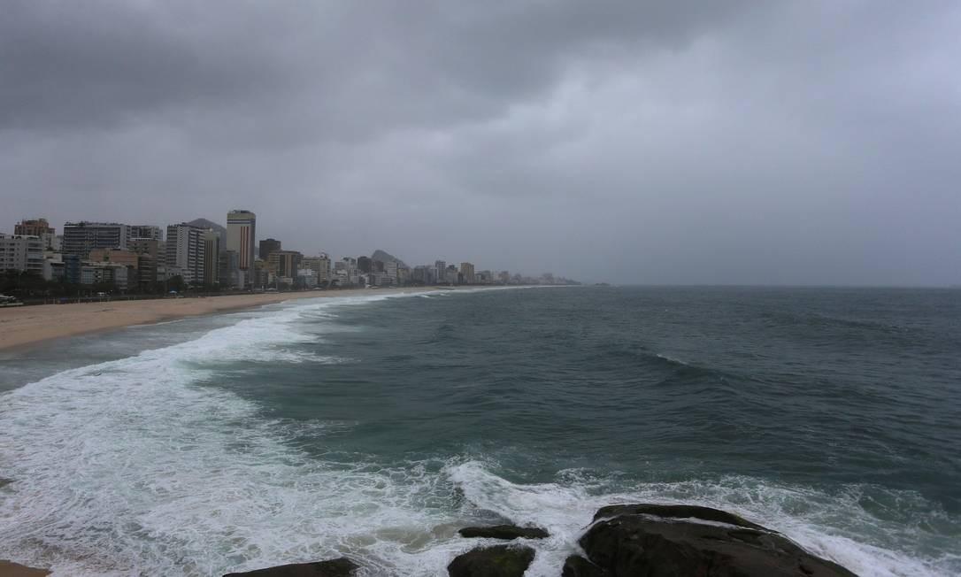 Há registro de chuva fraca desde o início da manhã desta quarta Foto: Fabiano Rocha / Agência O Globo