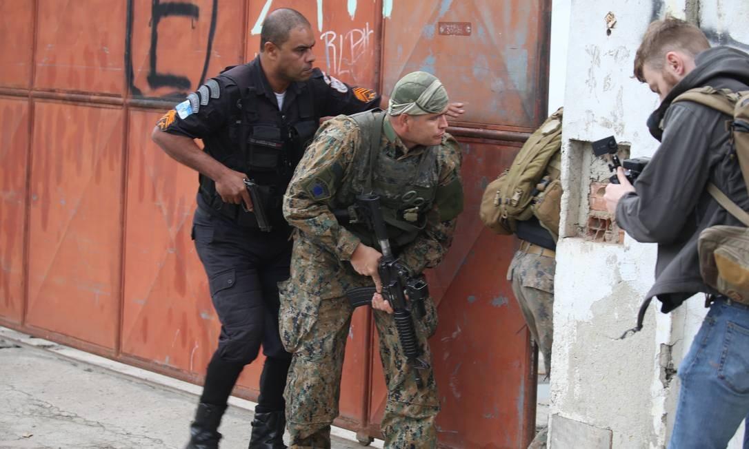Policiais durante operação na Mangueira Foto: Fabiano Rocha / Agência O Globo
