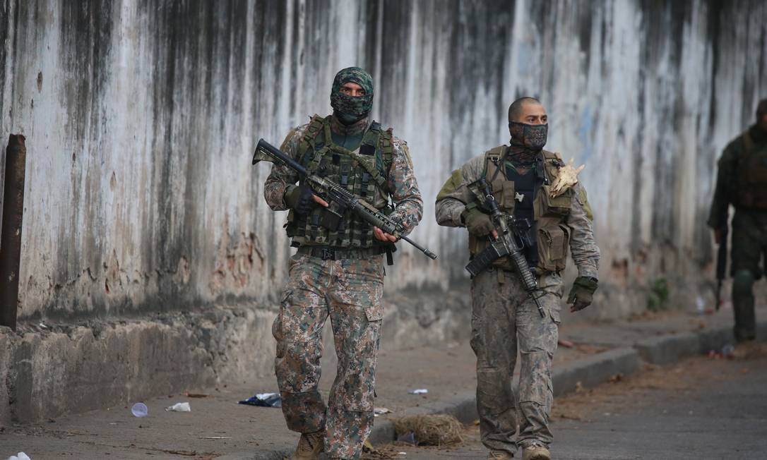Policiais militares do Batalhão de Operações Especiais (Bope) na Mangueira Foto: Foto: Fabiano Rocha / Agência O Globo