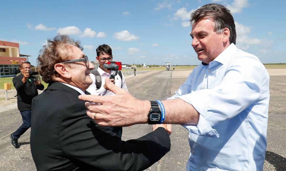 """Jair Bolsonaro, em discurso, fez menção a uma fala do prefeito de Parnaíba, Mão Santa (MDB), e disse que irá """"varrer essa turma vermelha"""" do Brasil nas próximas eleições. Jair Bolsonaro e o prefeito de Parnaíba, Francisco de Moraes Souza, o Mão Santa Foto: Alan Santos / PR"""