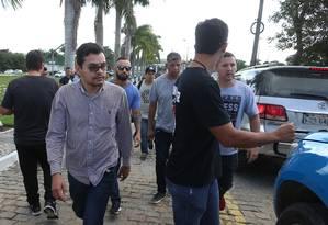 Flávio dos Santos Rodrigues, (de camisa de botão) é conduzido para a DH após o enterro em Anderson, em 17 de junho Foto: Fabiano Rocha / Agência O Globo
