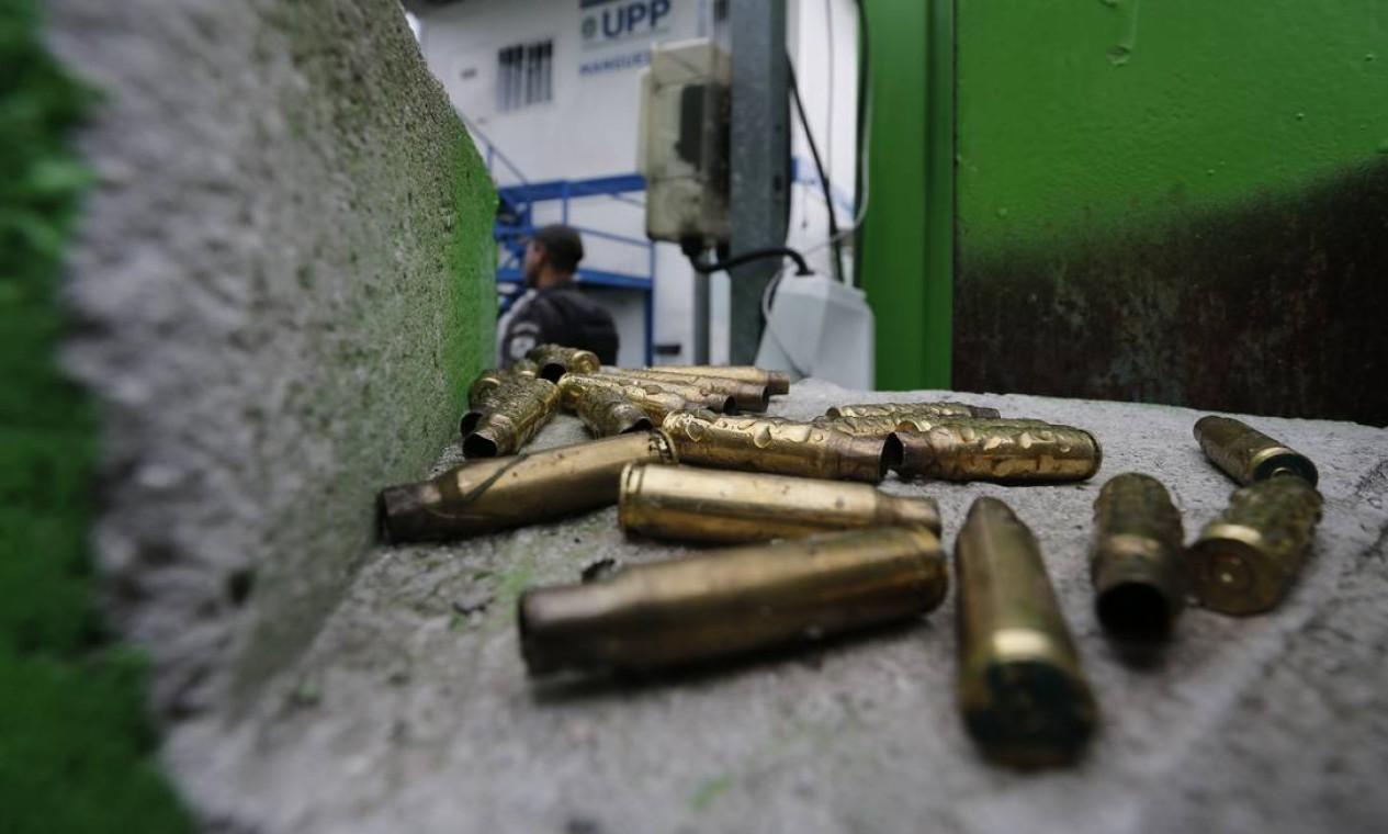 A interdição ocorreu por causa de um intenso tiroteio na comunidade Foto: Pablo Jacob / Agência O Globo
