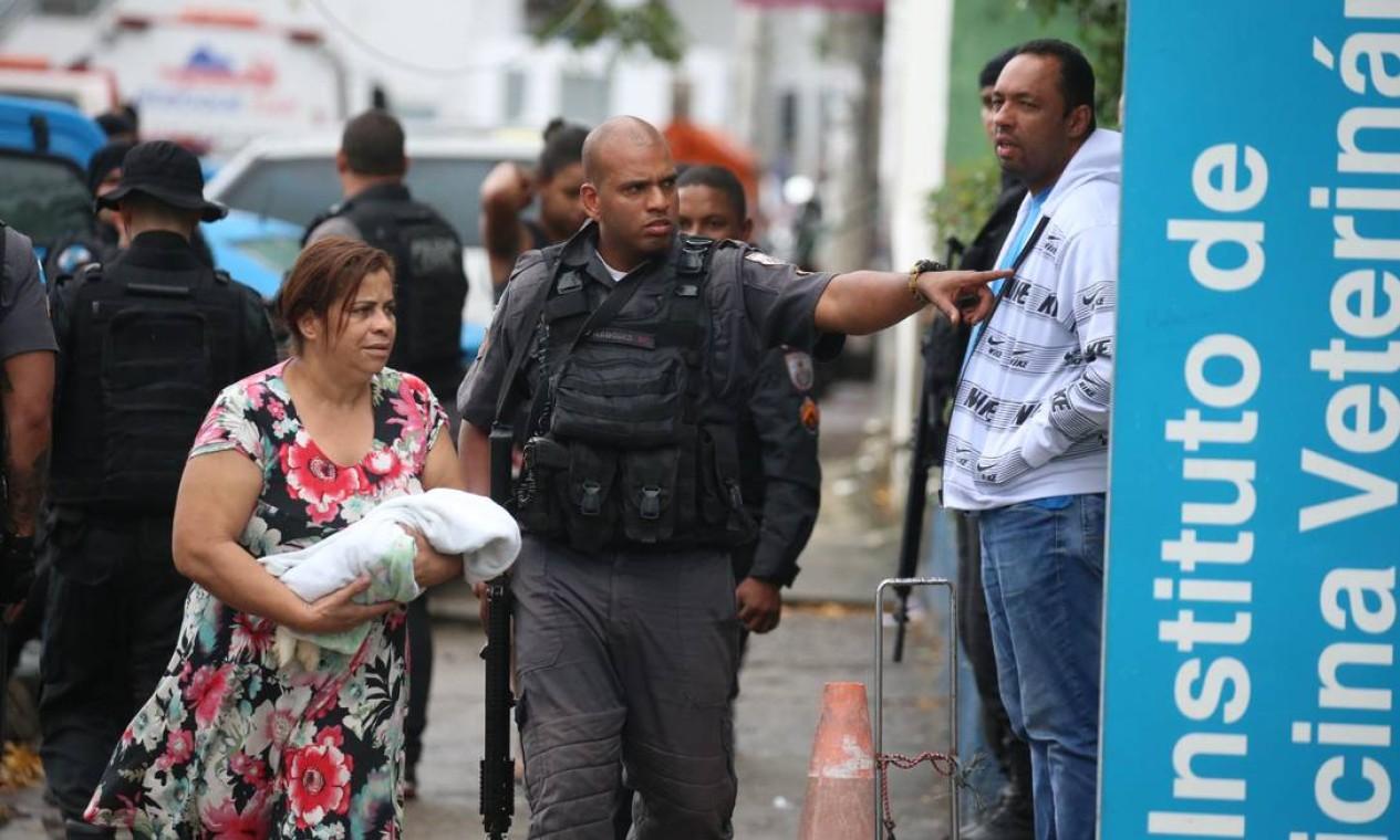 Confronto começou após uma equipe ser atacada por traficantes. Um homem morreu. Com ele, foi apreendida uma pistola Foto: Fabiano Rocha / Agência O Globo