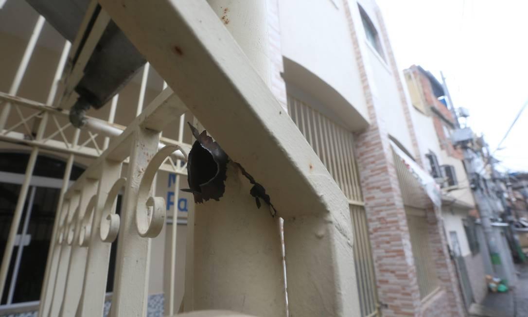 De acordo com a PM, o ataque contra a equipe da Unidade de Polícia Pacificadora ocorreu durante patrulhamento na localidade Beco da Candelária Foto: Fabiano Rocha / Agência O Globo