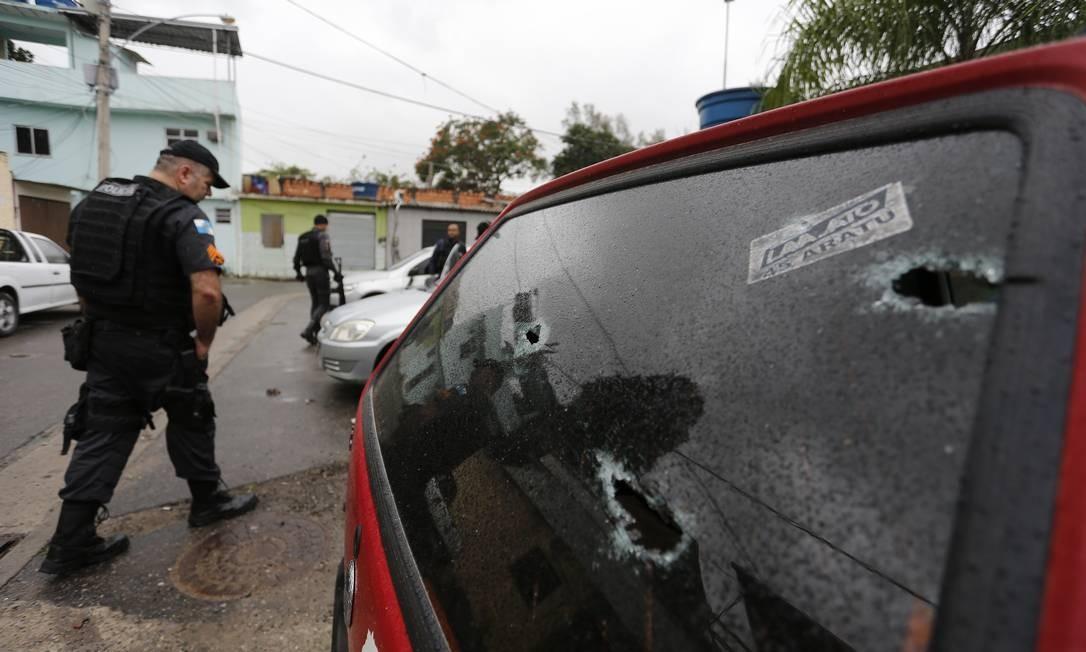 Além da arma que estava com o suspeito foram apreendidos munição e um radiotransmissor Foto: Pablo Jacob / Agência O Globo