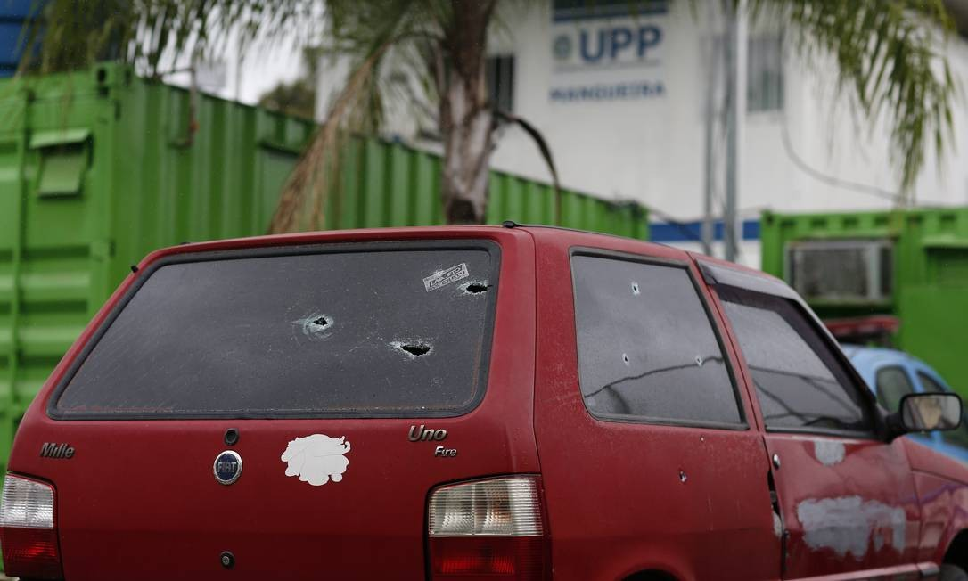 Por volta das 10h, policiais militares trocaram tiros com bandidos que tentavam fugir para o Morro do Tuiuti, comunidade vizinha da Mangueira Foto: Pablo Jacob / Agência O Globo