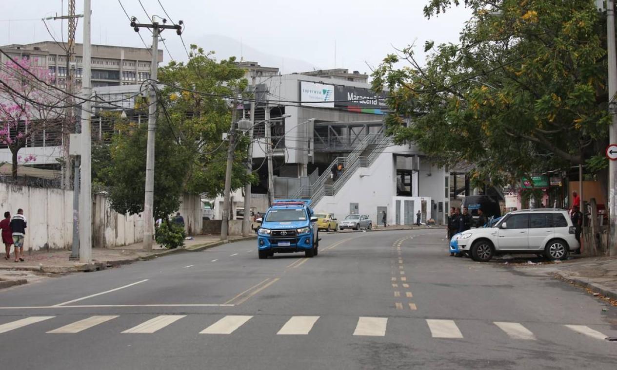 O confronto afetou também a circulação de trens. Composições que passavam pela estação Mangueira tiveram que aguardar para seguir viagem entre 5h51 e 5h56 desta quarta Foto: Fabiano Rocha / Agência O Globo