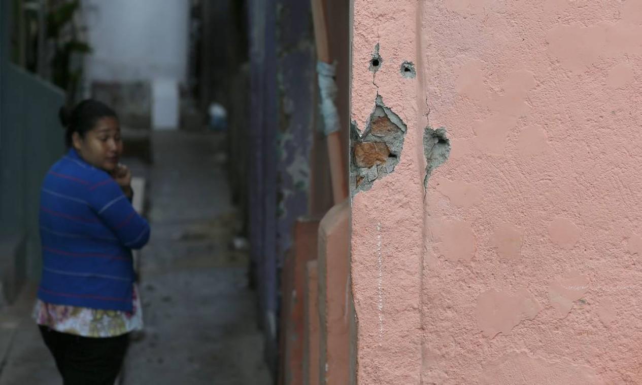 Por causa do tiroteio, as aulas em quatro escolas da rede estadual nas proximidades da Mangueira foram suspensas no turno da manhã Foto: Pablo Jacob / Agência O Globo