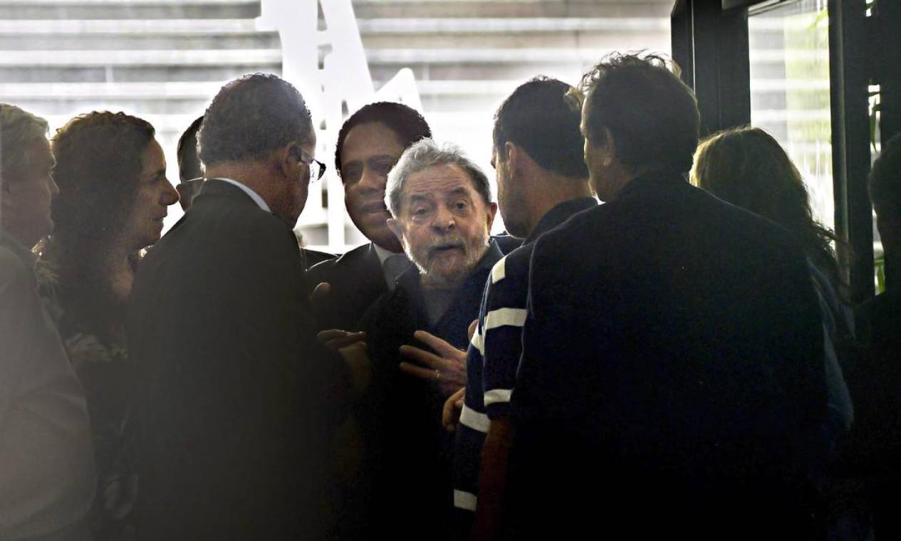 CONDUÇÃO COERCITIVA - O ex-presidente Lula é alvo, em março de 2016, de um mandato de condução coercitiva, autorizado pelo então juiz Sergio Moro, na 24ª fase da Operação Lava-Jato. O petista foi levado por agentes da Polícia Federal até o Aeroporto de Congonhas para depor Foto: Marcos Bizzotto / Raw Imagem/Agência O Globo