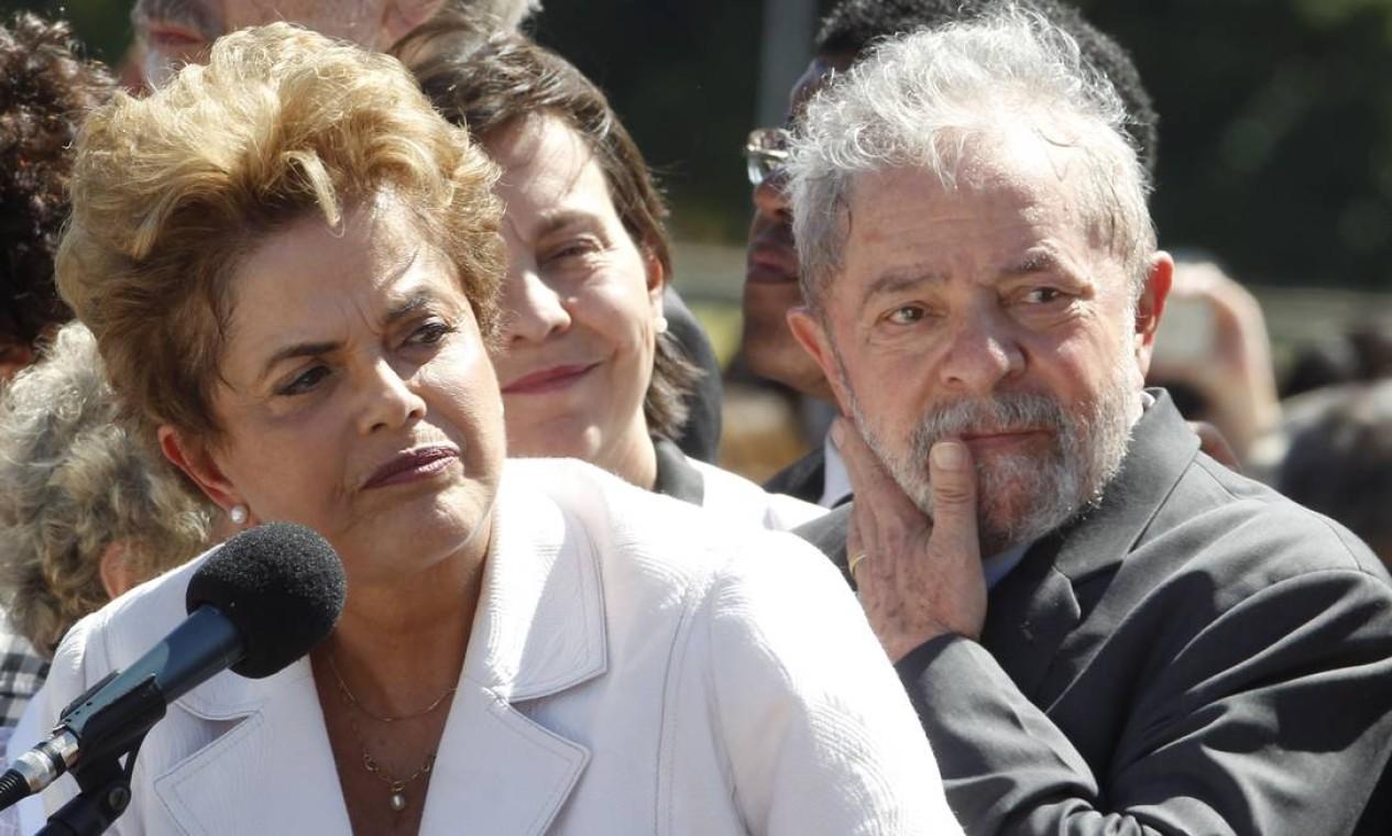 AFASTAMENTO DE DILMA - Lula surge abatido ao lado de Dilma Rousseff à frente do Palácio do Planalto horas após o Senado decidir pelo afastamento da presidente, em maio de 2016 Foto: Givaldo Barbosa / O Globo