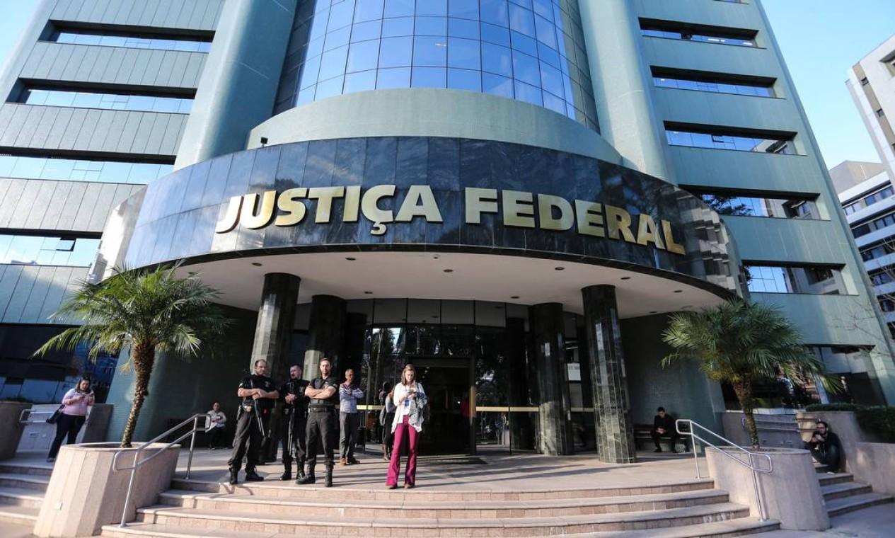 CONDENAÇÃO PELO TRÍPLEX - O então juiz Sergio Moro condena Lula em julho de 2017 a nove anos e meio de prisão (pena aumentada depois para 12 anos e 1 mês) pelos crimes de corrupção passiva e lavagem de dinheiro no caso do tríplex do Guarujá. Na foto, Segurança reforçada em frente à sede da Justiça Federal em Curitiba no dia do julgamento Foto: Geraldo Bubiniak / O Globo