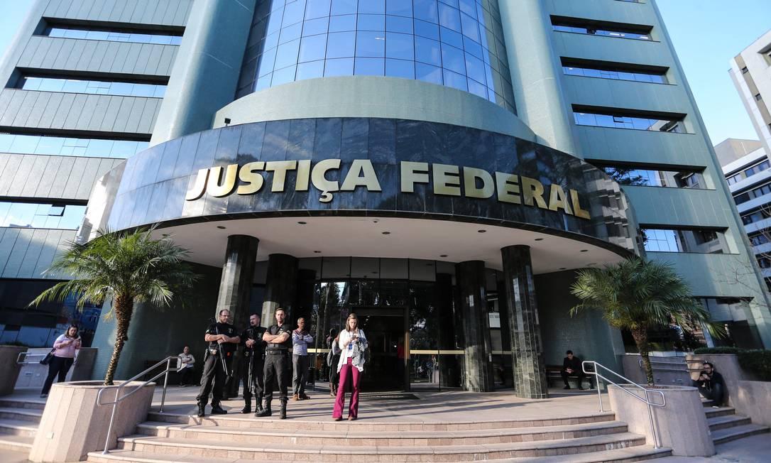 CONDENAÇÃO PELO TRÍPLEX - O então juiz Sergio Moro condena Lula em julho de 2017 a nove anos e meio de prisão (pena aumentada depois para 12 anos e 1 mês) pelos crimes de corrupção passiva e lavagem de dinheiro no caso do tríplex do Guarujá. Na foto, Segurança reforçada em frente à sede da Justiça Federal em Curitiba Foto: Geraldo Bubiniak / O Globo