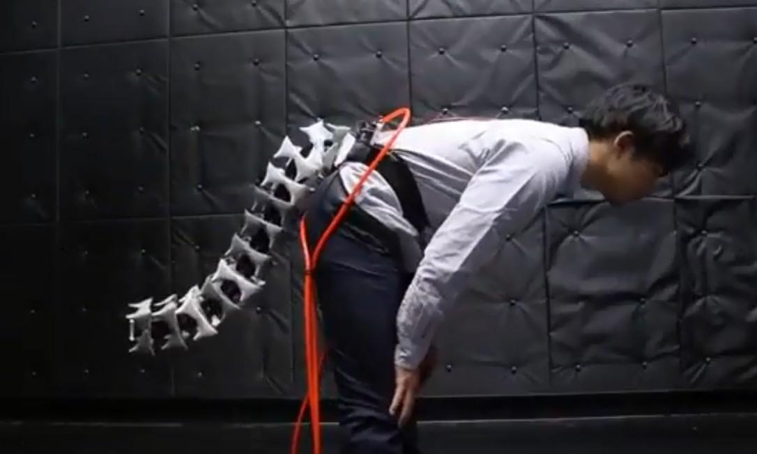 Cientista demonstra uso do rabo robótico que serviria para evitar quedas Foto: Reprodução Youtube