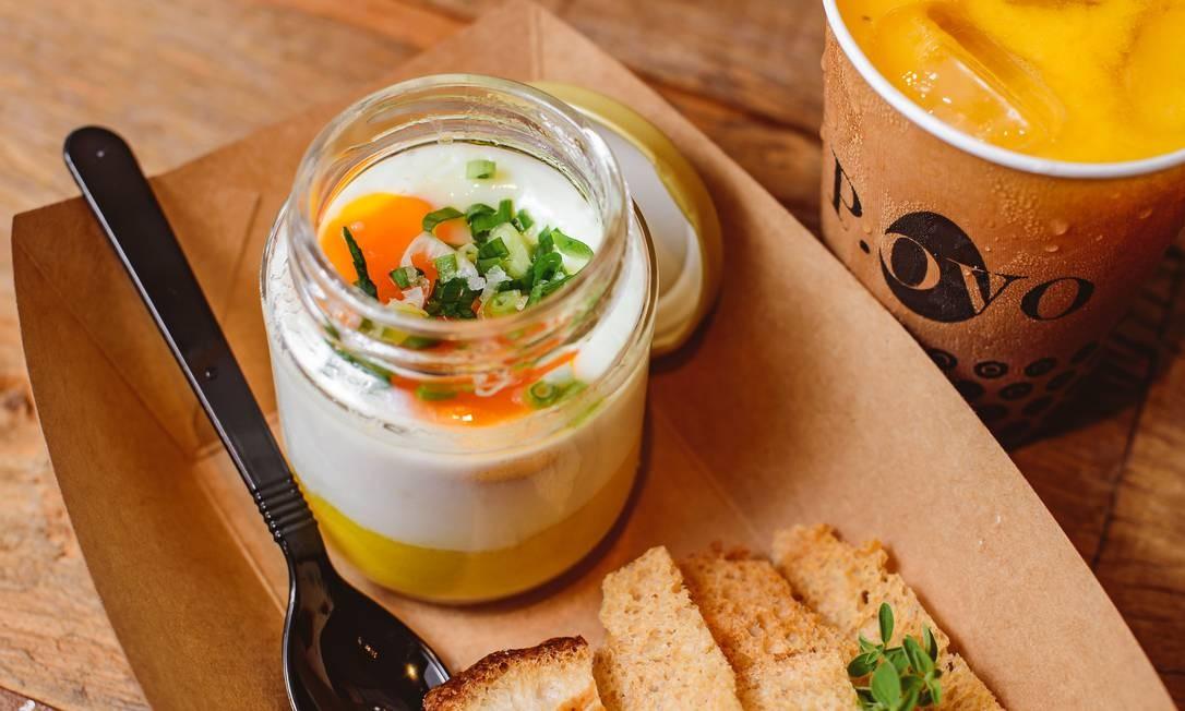 No pote. Ovos, purê de batata-baroa, torradas, flor de sal e azeite trufado Foto: fotos de divulgação/alex woloch