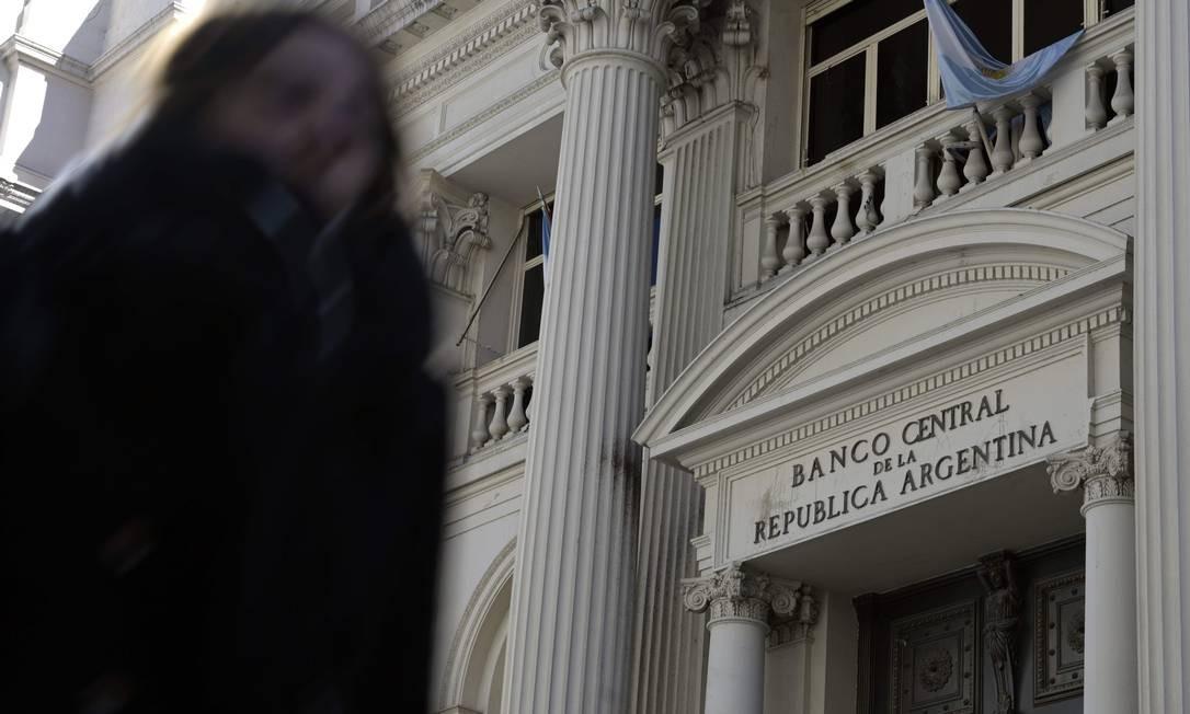 Mulher passa pelo prédio sede do Banco Central da Argentina em Buenos Aires: plano econômico de Fernández ainda é uma incógnita, o que assusta o mercado Foto: JUAN MABROMATA/AFP