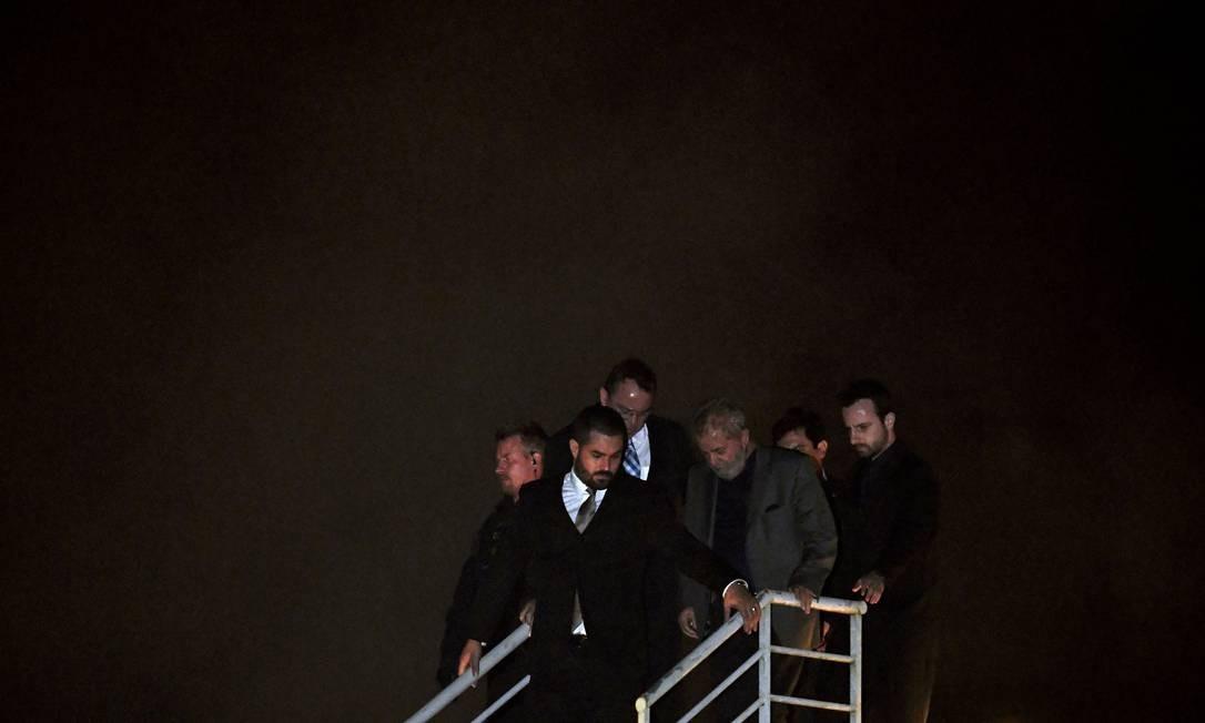 O expresidente Lula se entregou à Polícia Federal no dia 7 de abril de 2018 após ter sua prisão determinada pela Justiça em 2ª instância pelo caso do tríplex do Guarujá Foto: MAURO PIMENTEL / AFP