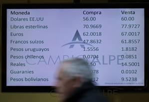 Cotações de moedas em uma casa de câmbio de Buenos Aires nesta quarta-feira: liberalização do câmbio promovida por Macri fez dólar disparar Foto: JUAN MABROMATA/AFP
