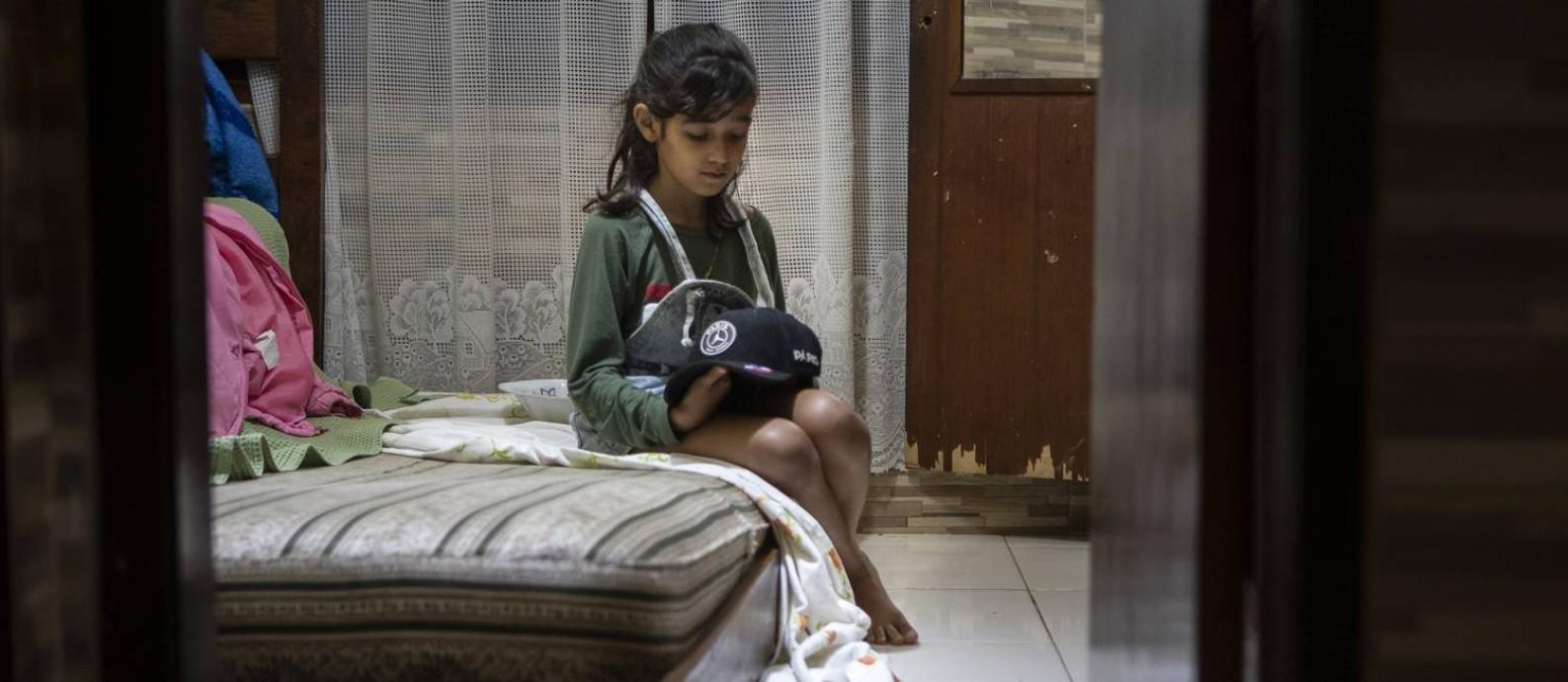 Sophia, irmã de Dyogo Costa Xavier de Brito, jogador da base do America morto por tiro na comunidade da Grota em Niterói Foto: Alexandre Cassiano / Agência O Globo