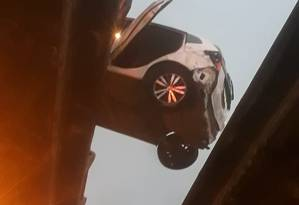 Carro ficou pendurado entre pistas do viaduto Foto: Reprodução/Redes Sociais