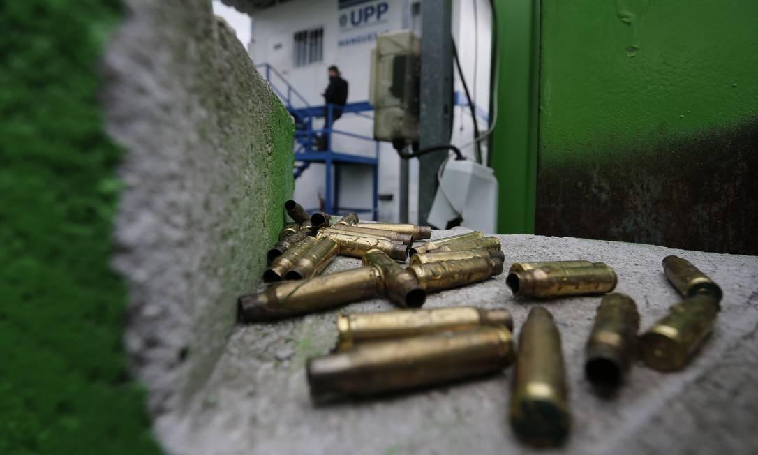 Marcas da violência: cápsulas deflagradas numa das vielas do Morro da Mangueira, onde PMs entraram em confronto nesta quarta-feira com traficantes que atacaram a sede da UPP. Na operação, um homem foi morto Foto: Pablo Jacob / Agência O Globo