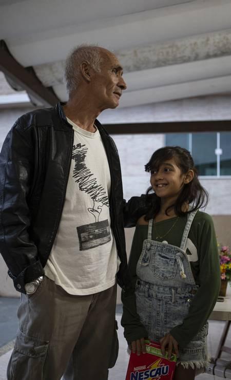 Sofia com o avô Cristóvão Brito. Os dois moram na Favela da Grota, em São Francisco, Niterói, Região Metropolitana Foto: Alexandre Cassiano / Agência O Globo