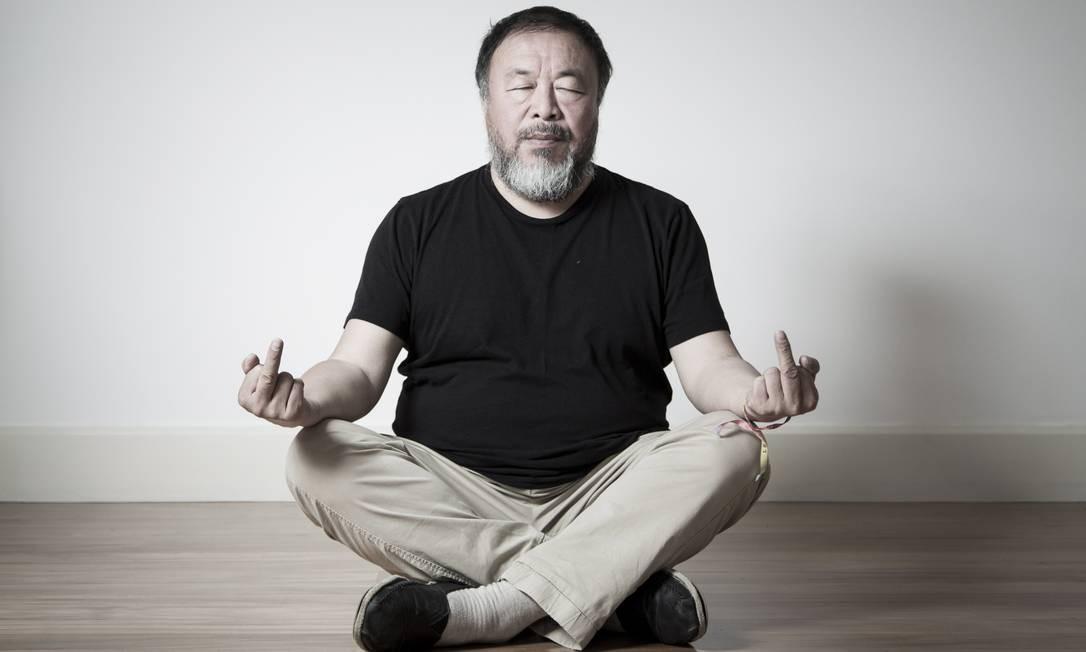 Ai Weiwei posa durante visita ao Rio em 2017 Foto: Leo Martins / Agência O Globo