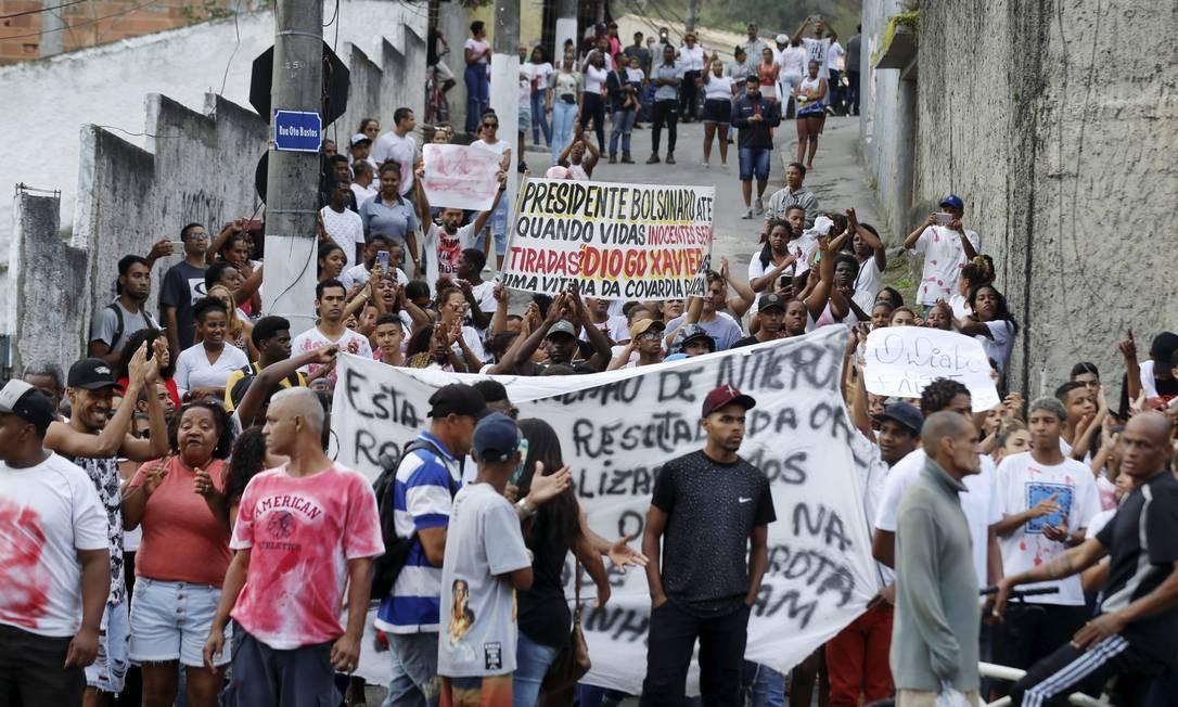 Nas faixas, o apelo para o fim das mortes de inocentes vítimas de tiros disparados por policiais Foto: Marcelo Theobald / Agência O Globo