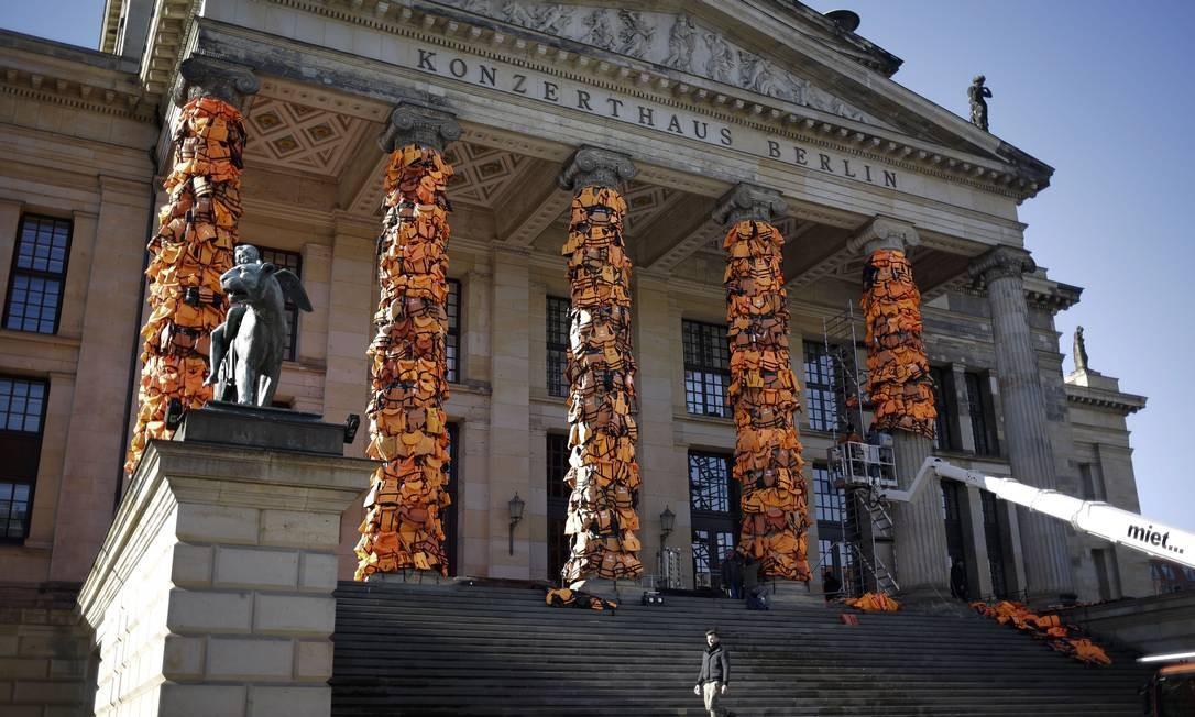 Instalação de Ai Weiwei de 2016 no Konzerthaus Berlin, na Alemanha, com coletes salva-vidas utilizados por refugiados, coletados na ilha de Lesbos, na Grécia Foto: Markus Schreiber / AP Photo