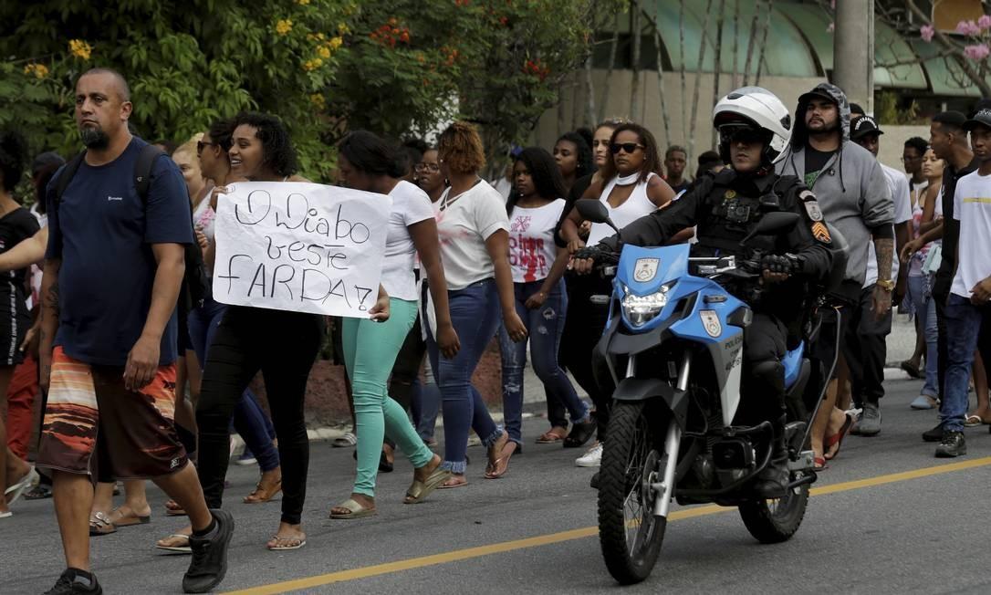 Policial militar acompanha a manifestação dos moradores da Grota Foto: Marcelo Theobald / Agência O Globo